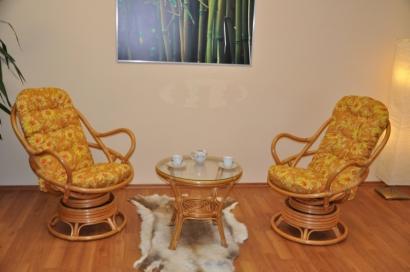 Ratanová souprava Swivel + stolek polstry žluté kopretiny