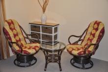 Ratanová souprava Swivel + stolek hnědá polstry vínový motiv